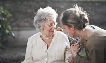 Aide à la personne : quels sont les types de prestations pour les seniors ?