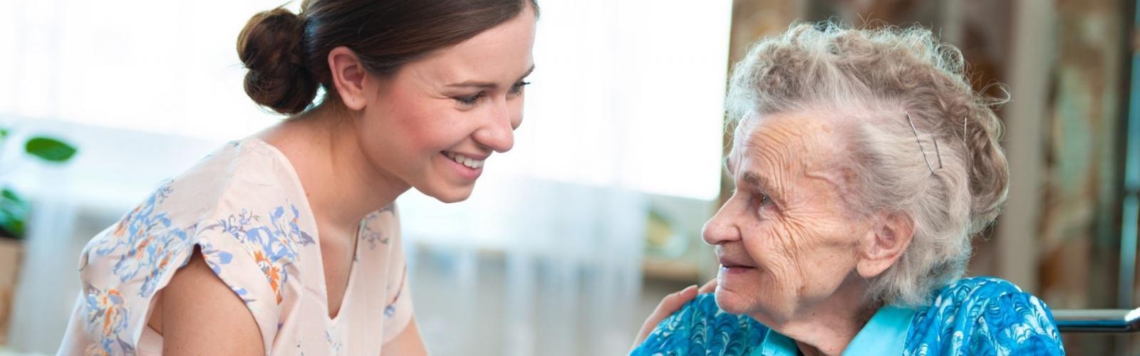 Aide aux personnes âgées : comment fonctionne l'aide personnalisée à domicile ?